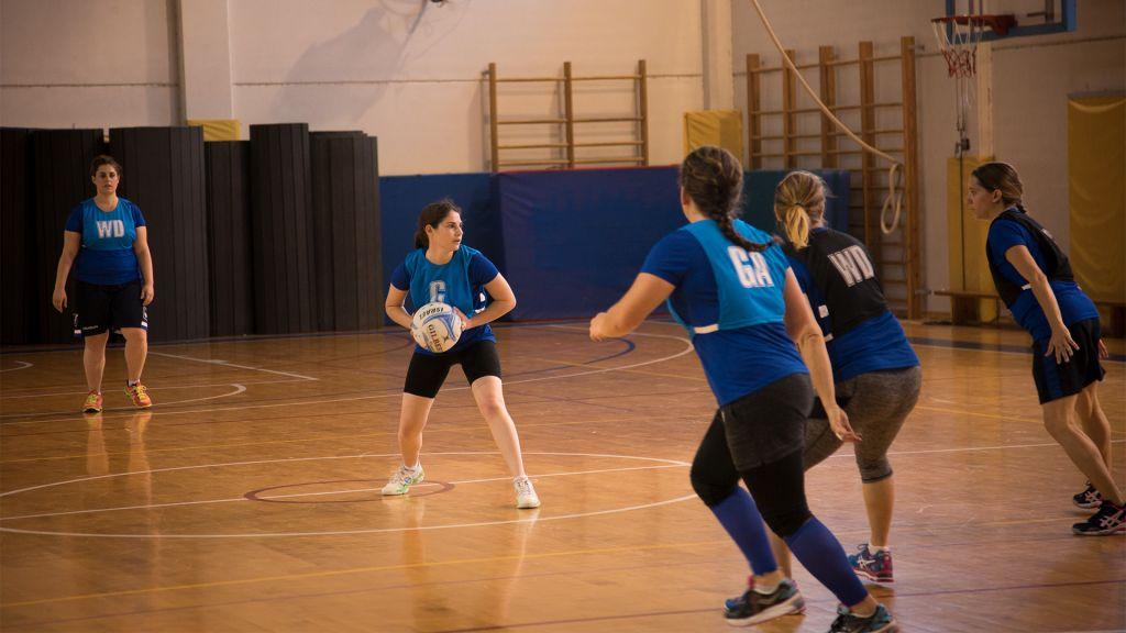 L'équipe nationale israélienne de netball à Modiin. Les lettres sur les maillots spécifient le rôle de chacune sur le terrain, le 5 mai 2017 (Crédit : Luke Tress/Times of Israel)