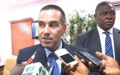 L'ambassadeur israélien au Nigeria Guy Feldman (à gauche) s'adresse au média, le 14 mai 2017. (Crédit : capture d'écran/YouTube)