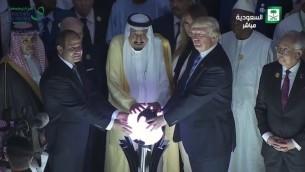 Le président américain Donald Trump, le roi saoudien Salmane et le président égyptien Abdel-Fattah el-Sissi pendant l'inauguration d'un centre de lutte contre l'extrémisme à Ryad, en Arabie saoudite, le 21 mai 2017. (Crédit : capture d'écran)