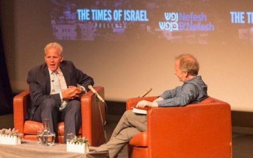 Michael Oren s'entretient avec  David Horovitz lors d'une rencontre-débat organisée par le  Times of à Jérusalem, le 28 mai 2017 (Crédit :  Luke Tress/Times of Israel)