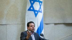 Ayman Odeh, tête de la Liste arabe unie, à la tribune de la Knesset, le 28 mars 2016. (Crédit : Yonatan Sindel/Flash90)