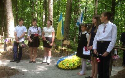 Des écoliers ukrainiens récitent des poèmes pendant l'inauguration d'un mémorial pour 1 000 enfants juifs massacrés par les nazis dans la forêt d'Ouman en 1942, le 8 mai 2017. (Crédit : Sue Surkes)