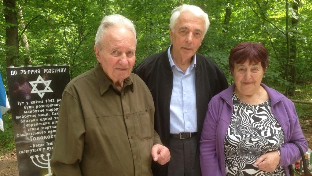 Devant le mémorial pour 1 000 enfants assassinés par les nazis dans la forêt d'Ouman, en 1942, (de gauche à droite), Karl Epstein, qui dirige la communauté juive d'Ouman, le Dr Boris Zabarko, président de l'association des survivants ukrainiens de la Shoah, et Nina Levenberg, qui a survécu à un meurtre de masse des nazis et a été sauvée par une Ukrainienne, le 9 mai 2017. (Crédit : Sue Surkes/Times of Israël)