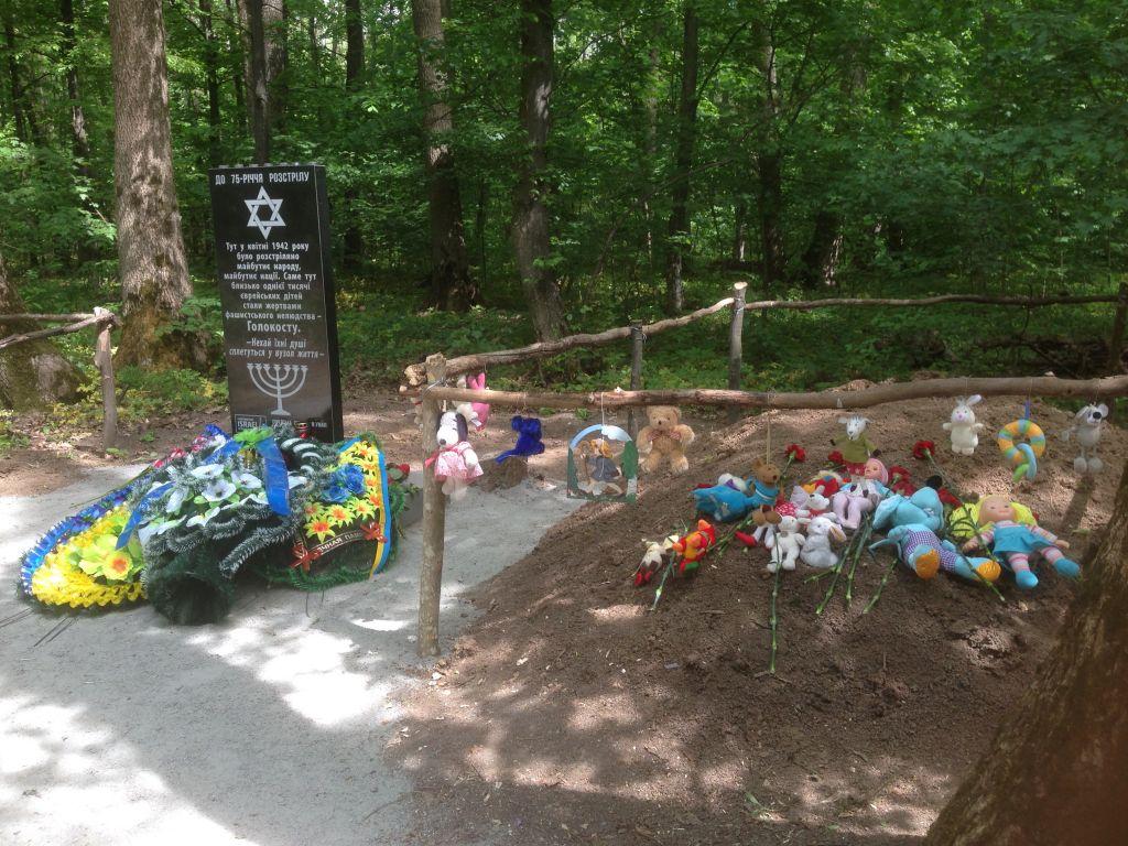 Mémorial pour 1 000 enfants juifs abattus par les nazis en 1942. Le charnier a été décoré de jeux d'enfants pour une cérémonie, le 9 mai 2017. (Crédit : Sue Surkes)
