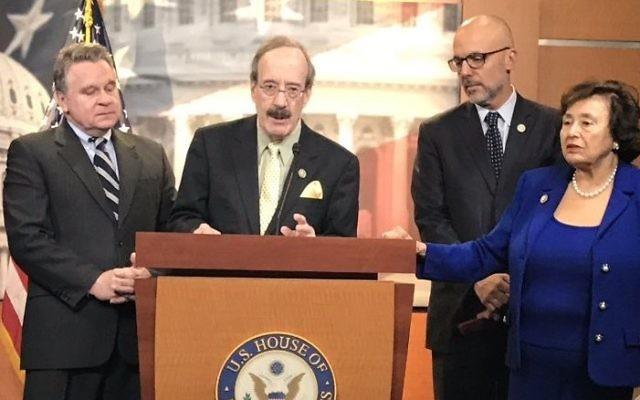 Photo des membres du groupe de travail bipartite pour lutter contre l'antisémitisme de la Chambre des représentants américain, à Washington, aux Etats-Unis, le 2 mars 2017 (Crédit : Eric Cortellessa / Times of Israel)