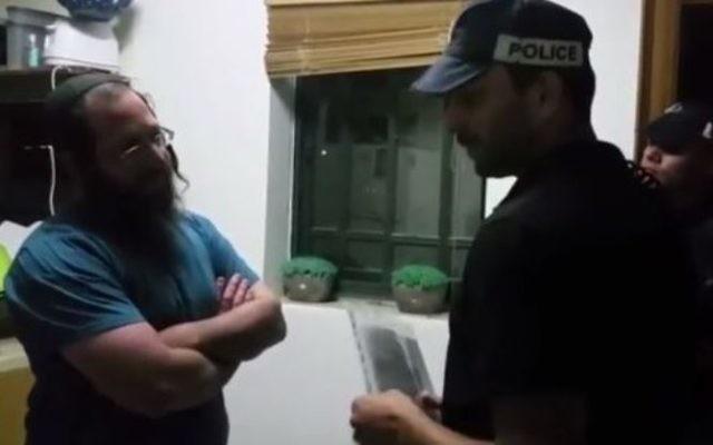 Elkana Pikar, à gauche, avec un policier de la division de Judée et Samarie, dans l'implantation de Yitzhar, le 16 mai 2017. (Crédit : capture d'écran YouTube)