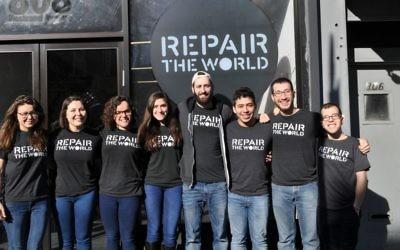 Des membres de l'organisation Repair the World en 2016 devant le siège de  Crown Heights à Brooklyn, à New York. (Crédit : Repair the World/via JTA)