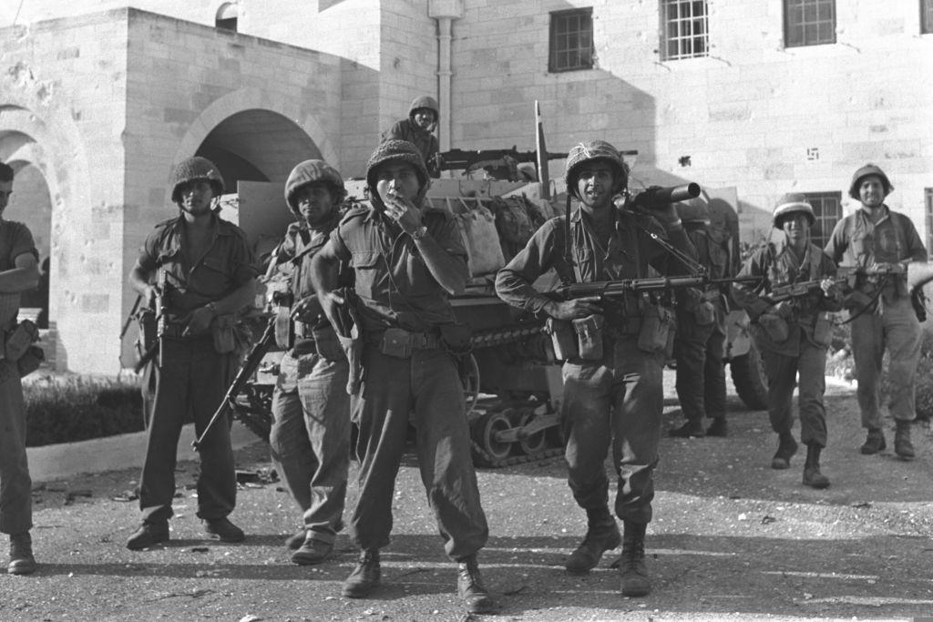 Des soldats israéliens dans la cour du musée Rockfeller à Jérusalem Est durant la guerre des Six Jours, en juin 1967. (Crédit : GPO)