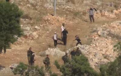 Des Israéliens habitant dans un avant-poste de Cisjordanie attaqueraient des Palestiniens, dans le nord de la Cisjordanie, le 12 mai 2017. (Crédit : capture d'écran YouTube/Yesh Din)
