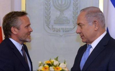 Anders Samuelsen, à gauche, ministre danois des Affaires étrangères, et le Premier ministre Benjamin Netanyahu, à Jérusalem, le 17 mai 2017. (Crédit : Haim Zach/GPO)