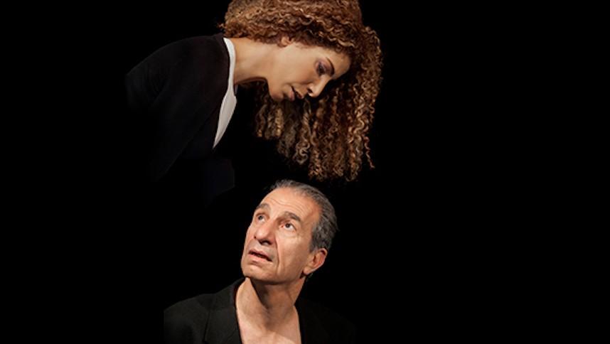 """Sasson Gabay, en bas, et Keren Hadar, dans les rôles de Job et de son épouse dans l'opéra """"Job"""". (Crédit : Festival d'Israël)"""
