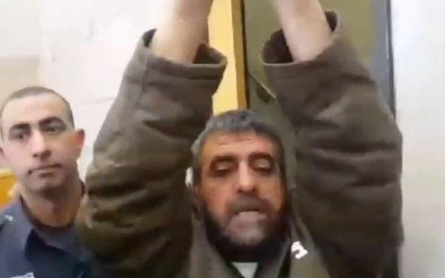 Sidqi al-Maqt, arrêté pour espionnage pour le compte de la Syrie, lève les bras alors qu'il s'adresse aux journalistes, le 27 mars 2015 (Capture d'écran : Deuxième chaîne )