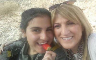 Hadar Cohen, à gauche, garde-frontière tuée dans une attaque terroriste en février 2016, avec sa mère Segal, pendant son premier mois de service. (Crédit : Volcani Center)