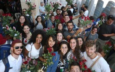 Des militants pour la paix participent à un défilé organisé par Tag Meir avec une distribution de fleurs aux commerçants arabes dans la Vieille ville de Jérusalem, en amont de la parade des drapeaux de la journée de Jérusalem, le 24 mai 2017 (Autorisation).