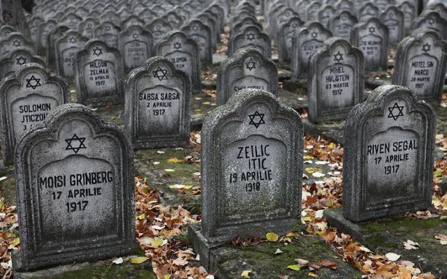 Des tombes de victimes juives lors des pogroms en Roumanie le 1er juillet 1941 (Crédit : Wikimedia commons)