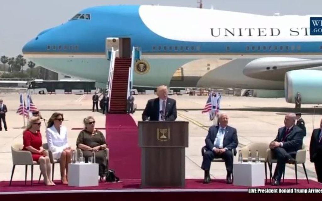 Cérémonie d'accueil du président américain Donald Trump sur le tarmac de Ben Gurion, le 22 mai 2017. De gauche à droite : Sara Netanyahu, Melania Trump, Nechama Rivlin, Donald Trump, le président Reuven Rivlin, le Premier ministre Benjamin Netanyahu, et le ministre de la Défense Avigdor Liberman. (Crédit : capture d'écran YouTube/Maison Blanche)