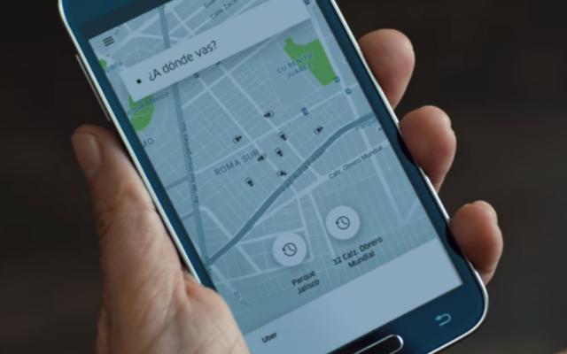 Un passager utilise l'application d'Uber pour commander un déplacement dans l'entreprise de covoiturage dans une publicité de décembre 2016 (Capture d'écran : YouTube)