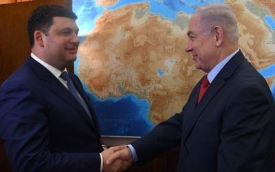 Le Premier ministre Benjamin Netanyahu rencontre son homologue ukrainien Volodymyr Groysman, au bureau du Premier ministre, le 15 ai 2017. (Crédit : Kobi Gidon/GPO)