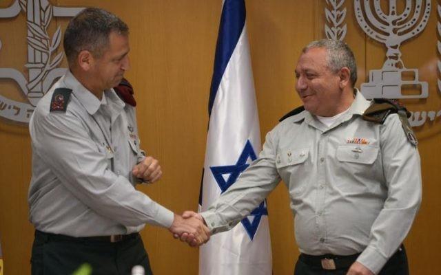Le chef d'état-major adjoint, le général Aviv Kochavi Golan,  serre la main du chef d'état-major de l'armée israélienne, Gadi Eizenkot, lors d'une cérémonie au quartier général de l'armée, Tel Aviv, le 11 mai 2017 (Crédit : unité du porte-parole de l'armée israélienne)