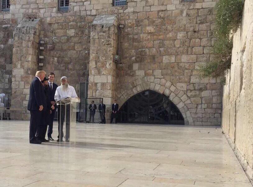 Donald Trump et Jared Kushner au mur Occidental, le 22 mai 2017 (Crédit : US embassy Tel aviv)