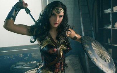 """La prochaine super-star israélienne Gal Gadot dans le film 2017 de """"Wonder Woman"""" (Crédit : Clay Enos/DC Comics, via JTA)"""