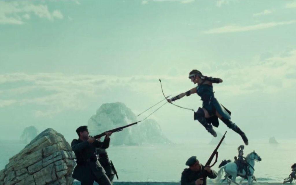 """Gal Gadot, dans """"Wonder Woman"""", produit par la Warner Bros. (Crédit : capture d'écran YouTube)"""
