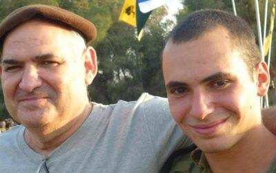Avi Yacoby, à gauche avec son fils Gilad, tué en 2014 dans la guerre à Gaza. (Crédit : autorisation)
