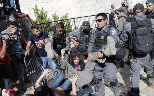 Altercation entre des activistes de la paix et la police israélienne devant la porte de Damas, dans la Vieille ville de Jérusalem, le 24 mai 2017, avant la traditionnelle marche des drapeaux de Yom Yeroushalayim. (Crédit : AFP Photo/Thomas COEX)