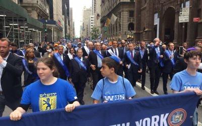 """Des milliers de personnes participent à la parade """"Célébrer Israël"""" à New York, le 4 juin 2017. (Crédit : autorisation)"""