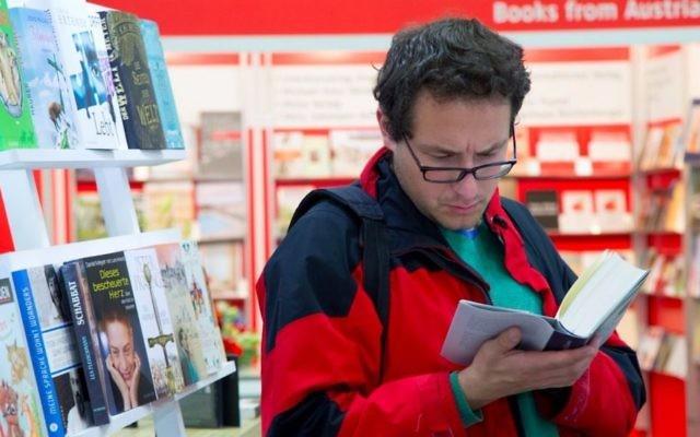 Un visiteur du Salon international du Livre de Jérusalem, organisé tous les deux ans. (Crédit : Dudi Saad)
