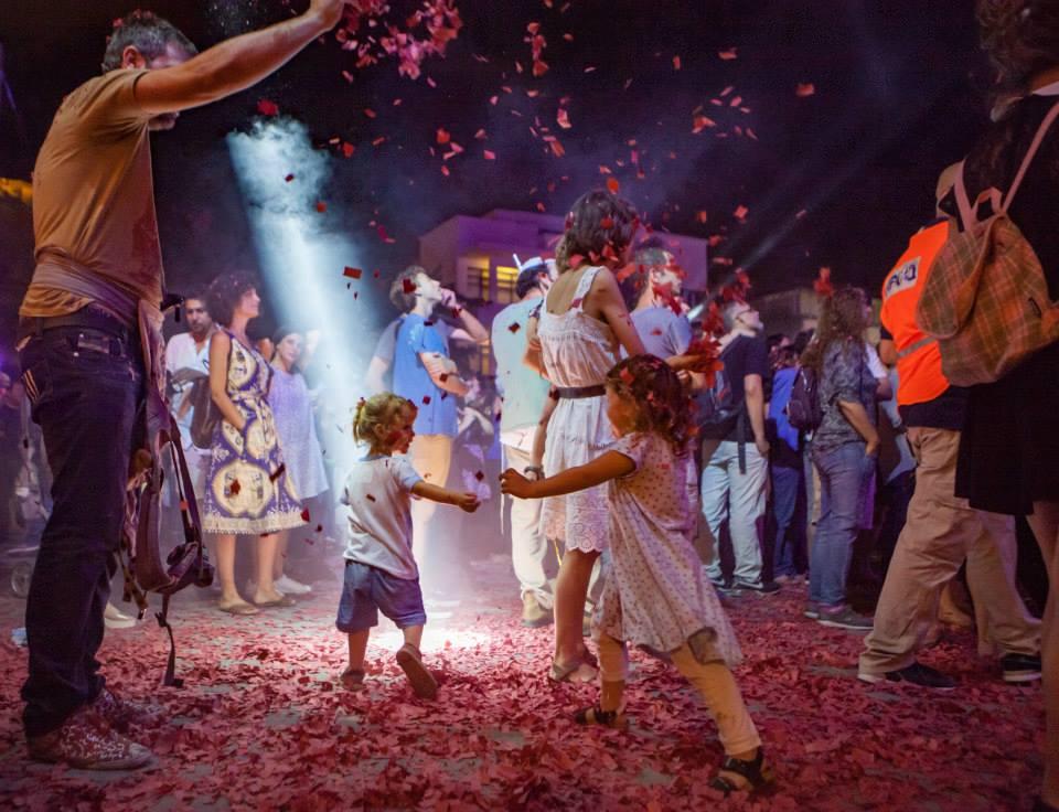 Des enfants sur la place Bialik pendant la Nuit Blanche 2016 de Tel Aviv. (Crédit :autorisation Noa Ben Shalom)