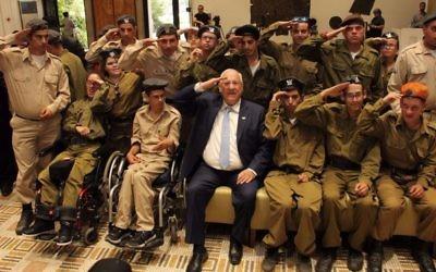 Le président Reuven Rivlin saluant les 320 soldats du programme 'Spéciaux en uniforme' qui ont reçu un prix d'excellence  mardi 6 juin 2017 (Autorisation : Hana Azriel)