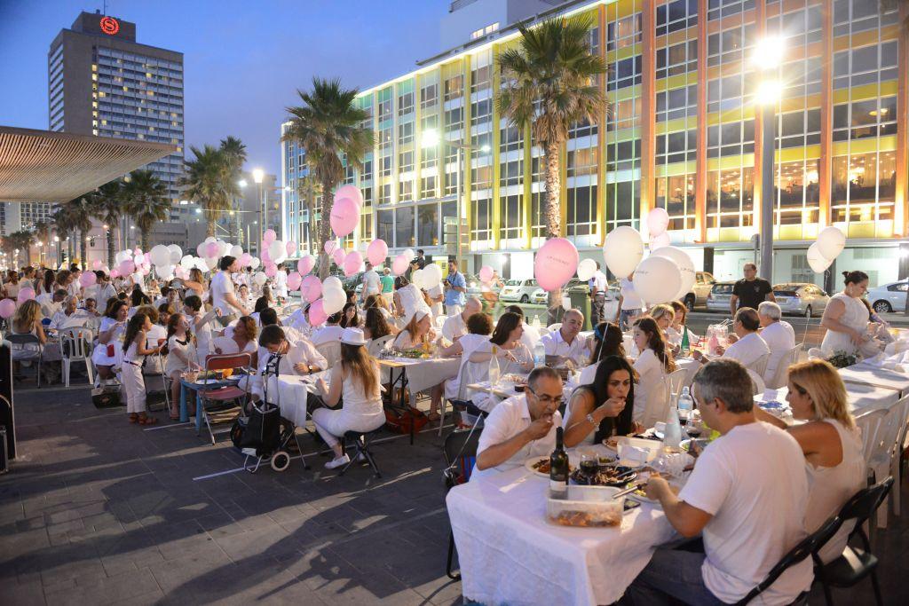 Dîner en blanc pour la Nuit Blanche 2016 de Tel Aviv. (Crédit : autorisation de Moshik Lindenbaum)