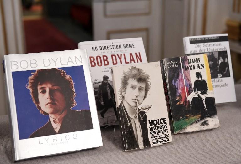 Les livres du compositeur américain Bob Dylan, qui a reçu le Prix Nobel de littérature de 2016, sont exposés à l'Académie suédoise à Stockholm, en Suède, le 13 octobre 2016. (Crédit : AFP / JONATHAN NACKSTRAND)