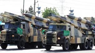 Des camions militaires iraniens transportant des missiles de surface à air pendant un défilé à l'occasion de la Journée de l'armée du pays, le 18 avril 2017, à Téhéran (Crédit : AFP Photo / Atta Kenare)