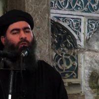 Une capture d'écran d'une vidéo de propagande diffusée le 5 juillet 2014 montre le chef du groupe djihadiste de l'État islamique, Abou Bakr al-Baghdadi, s'adressant aux fidèles musulmans dans une mosquée dans la ville irakienne de Mossoul (Crédit : AFP / HO / al-Furqan Media)