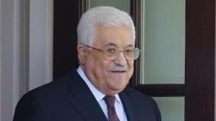 Le président de l'Autorité palestinienne, Mahmoud Abbas, se dirige vers une limousine après les réunions à la Maison Blanche le 3 mai 2017 à Washington, Etats-Unis. (Crédit : AFP Photo / Mandel Ngan)