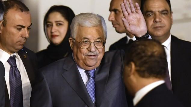 Le président de l'Autorité palestinienne, Mahmoud Abbas (C) après son arrivée à la station de l'armée de l'air de Palam à New Delhi le 14 mai 2017 (Crédit : AFP PHOTO / PRAKASH SINGH)