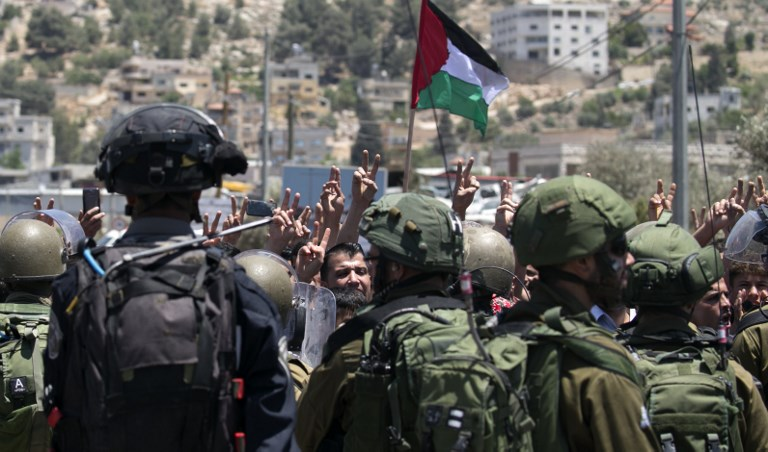 Les Palestiniens participent à une manifestation violente devant les forces de sécurité israéliennes après un service de prière du vendredi après-midi en solidarité avec les prisonniers sécuritaires palestiniens, en dehors de Naplouse le 26 mai 2017 (Crédit : Jaafar Ashtiyeh / AFP Photo)