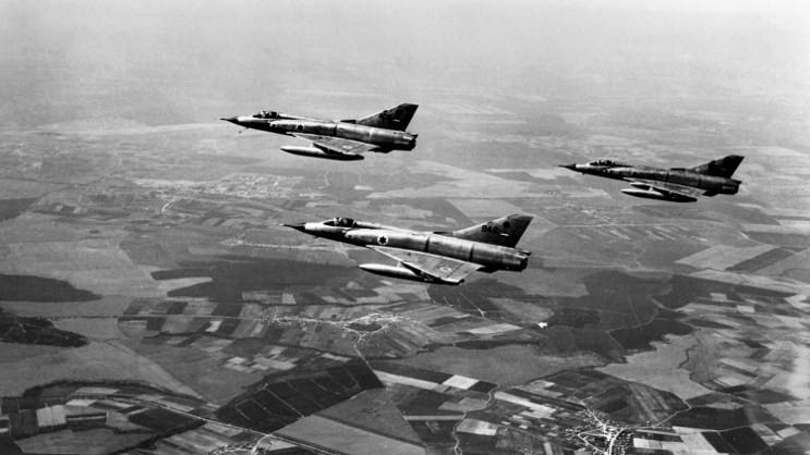 Mirage III Dassault israéliens au-dessus de la péninsule du Sinaï, à la frontière israélo-égyptienne, au premier jour de la guerre des Six Jours, le 5 juin 1967. (Crédit : AFP)