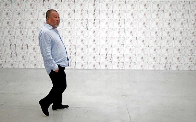 """L'artiste chinois Ai Weiwei au Musée d'Israël à Jérusalem à la veille de l'ouverture de sa nouvelle exposition """"Peut-être, peut-être pas"""" au Musée d'Israël à Jérusalem le 1er juin 2017 (Crédit : AFP PHOTO / THOMAS COEX"""