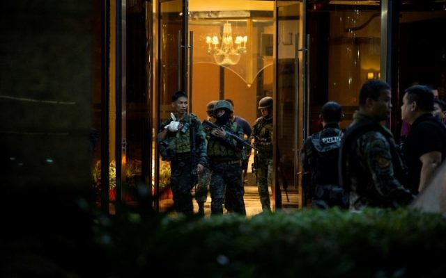 Les policiers des Philippines sortent du Resorts World Hotel à Manille le 2 juin 2017 suite à un attenta (Crédit :  AFP PHOTO / NOEL CELIS)
