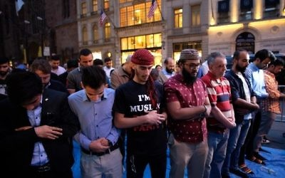 Des musulmans prient sur la Cinquième avenue de New York après l'Iftar, repas de rupture du jeûne du Ramadan, pendant une manifestation contre Donald Trump, le 1er juin 2017. (Crédit :  Jewel Samad/AFP)