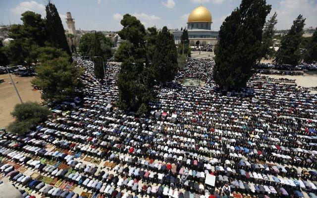 Les fidèles musulmans palestiniens assistent aux premières prières du vendredi du mois sacré du Ramadan à l'extérieur de la Mosquée Al-Aqsa à Jérusalem le 2 juin 2017 (Crédit : AFP / Ahmad Gharabli)