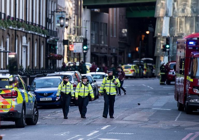 Des agents de police et des véhicules d'urgence dans la rue située aux abords de Borough Market, le 4 juin 2017, lors de la matinée qui a suivi une attaque terroriste sur le pont de Londres et le quartier de Borough à Londres (CHRIS J RATCLIFFE/AFP PHOTO)