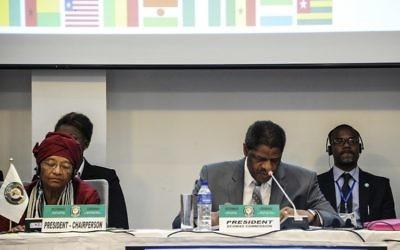 Ellen Johnson Sirleaf; présidente du Liberia, et Marcel De Souza, président de la CEDEAO, pendant le sommet économique de l'organisation à Monrovia, le 4 juin 2017. (Crédit : Zoom Dosso/AFP)