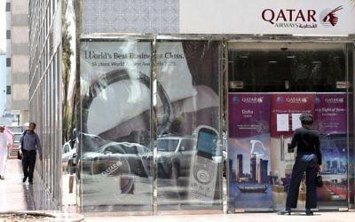 Un homme devant une agence de Qatar Airways à Ryad, après que la compagnie a suspendu tous ses vols vers l'Arabie saoudite suite à la rupture des relations entre les grands états du Golfe et le Qatar, le 5 juin 2017 .(Crédit : Fayez Nureldine/AFP)