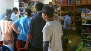 Les gens font la queue pour stocker des produits alimentaires dans un supermarché de Doha, le 5 juin 2017 (Crédit : AFP PHOTO / STRINGER)