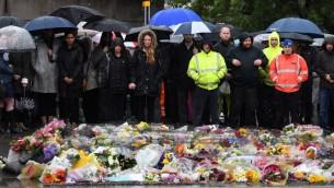 Les gens observent une minute de silence au sud de London Bridge à Londres le 6 juin 2017, en mémoire aux victimes des attentats terroristes du 3 juin (Crédit : AFP PHOTO / Justin TALLIS)