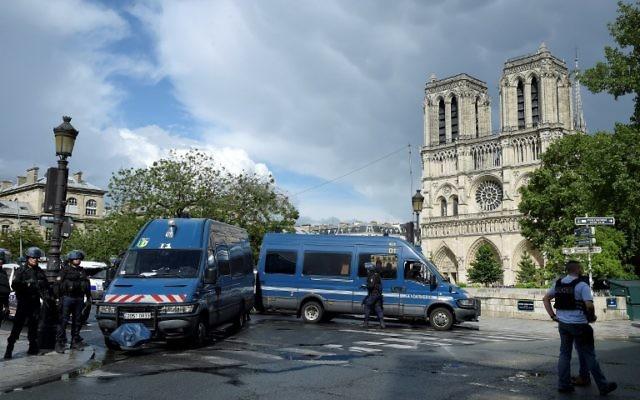 Les environs de Notre-Dame de Paris bouclés par la police française après une attaque terroriste, le 6 juin 2017. (Crédit : Bertrand Guay/AFP)